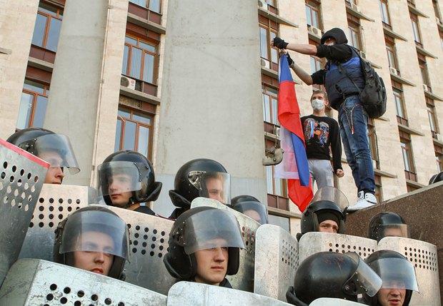Симптоматичный кадр: в Донецке перед штурмом ОГА милиция не мешала протестующим вывешивать российский флаг