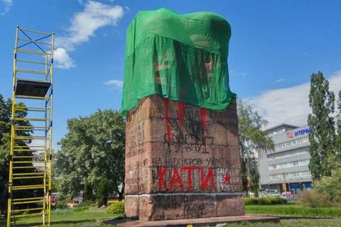 Коммунальщики приступили к сносу памятника чекистам в Киеве