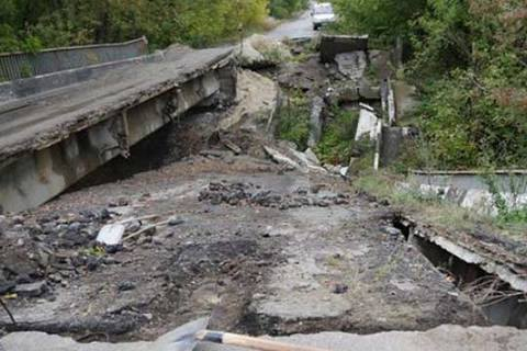 НаДонбассе Порошенко открыл два отстроенных моста, которые разрушили боевики