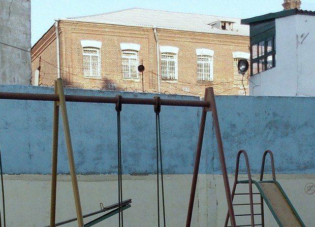 Детская площадка возле больницы для заключенных, больных туберкулезом