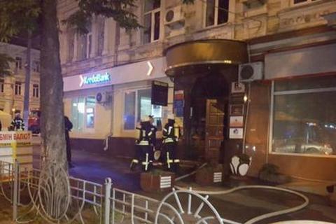 В центре Киева при попытке ограбить обменник бросили взрывпакет в подъезд дома