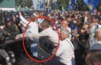 МВД показало фото, как Швайка отбирает щит у бойца Нацгвардии