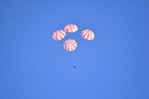 В США успешно испытали четыре космических парашюта