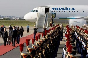 Расходы на зарубежные поездки Януковича и Азарова засекретили