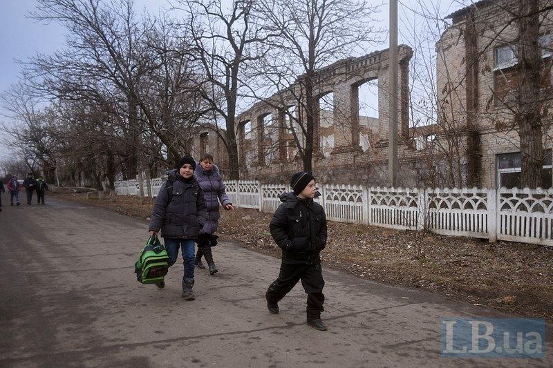 Мама забирає дітей зі школи в Грантіному. По дорозі їм доводиться перетинати <<сіру зону>>, не контрольовану ані бойовиками, ані українськими військовими