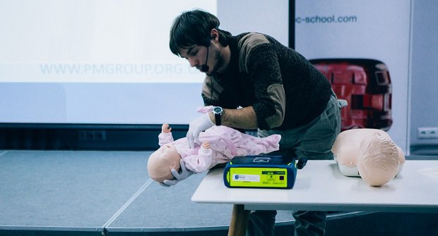 Ярослав Вус під час лекції з першої допомоги для батьків