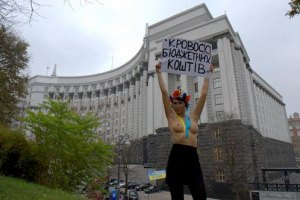 Азаров готов помочь девушкам из FEMEN пробиться в политику