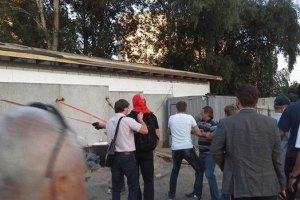 В Киеве на Радужном массиве местные жители снесли забор стройки