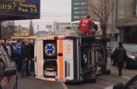 """В центре Киева Тойота не пропустила и перевернула """"скорую"""""""