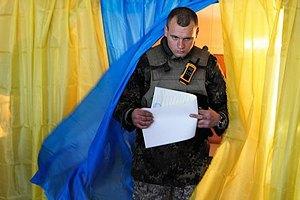 В Новоайдаре голосуют местные жители и военные