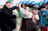 Янукович поел блинов на праздновании Масленицы в Вышгороде