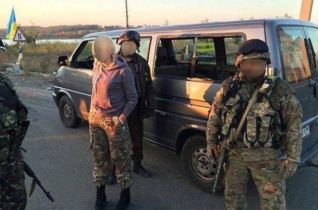 Обстреллянное авто днепропетровских волонтеров на въезде в Пески