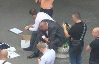 Во дворе возле Администрации президента задержали мужчину с $30 тыс.