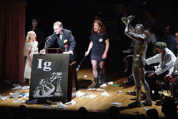 Чарльз Пакстон, лауреат в области биологии выступает с речью на торжественной церемонии вручения Шнобелевки в 2002 г.
