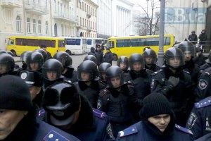 Сотни беркутовцев с дубинками и в шлемах окружили Кабмин