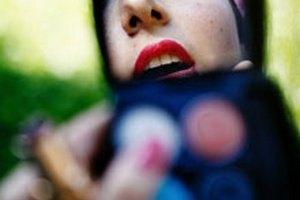 Губная помада может привести к бесплодию, - ученые
