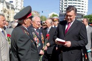 Янукович и Азаров поздравили граждан Украины с Днем ветерана