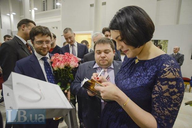 Соня Кошкина подписывает книгу для советника генерального прокурора Валерия Карпунцова