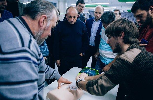 Ярослав Вус (праворуч) під час лекції з першої допомоги для батьків