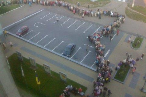 У Чернігові утворилася гігантська черга за передвиборною подачкою від мера (видео)