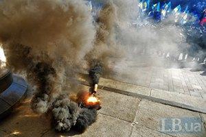 Возле Рады кидали дымовые гранаты
