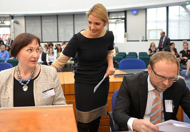 Валентина Теличенко, Евгения Тимошенко и Сергей Власенко во время заседания ЕСПЧ