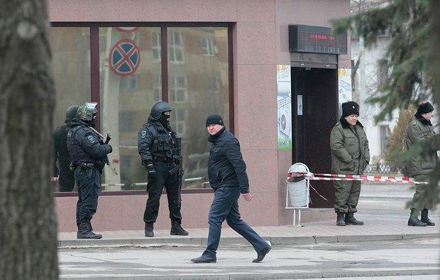 Силовики охраняют вход в здание суда