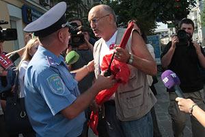 """Под КС """"свободовцы"""" отобрали и растоптали красный флаг Соломатина"""