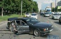 На Полярной в Киеве водитель BMW врезался в столб
