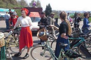 По Киеву проехали велосипедисты в цилиндрах и на каблуках