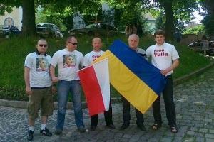 Львівські б'ютівці роздають футболки біля стадіону