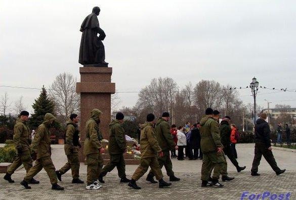 Военизированные люди на митинге