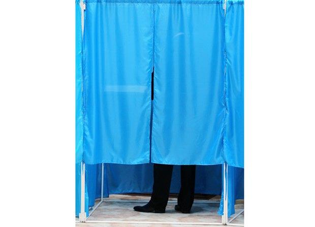 Виктор Янукович голосует на избирательном районе в Оболонском районе Киева