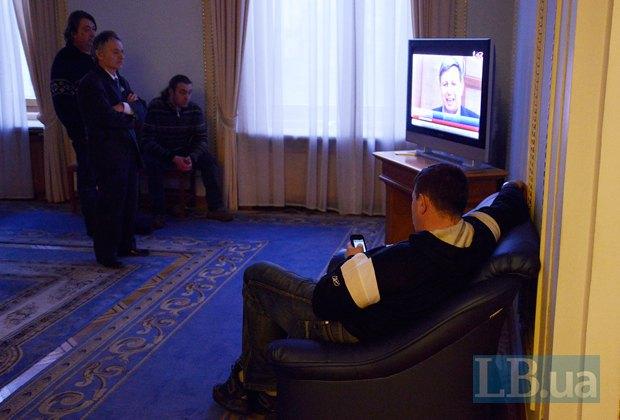 Нардепы смотрят видеообращение Макеенко
