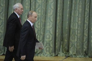 Азаров проводит встречу с российским тандемом