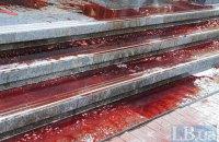 Двери ГПУ залили свиной кровью во время митинга в поддержку Медведько и Полищука