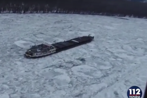 ВРумынии вмерз вреку корабль сэкипажем наборту