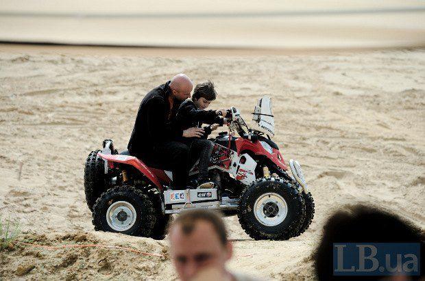 Вадим Нестерчук помогал сыну осваивать квадроцикл