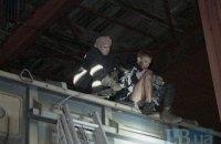"""На станции """"Киев-Московский"""" трое студентов упали с моста на вагон поезда"""