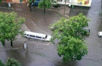 В Харькове непогода повалила деревья и сорвала крыши домов