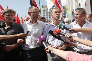 Яценюк: мне предлагали пропустить Януковича на пресс-конференцию