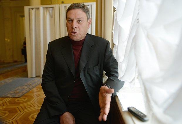 Лев Миримский говорит, что не мог не получать матпомощь - иначе его трудовая не лежала бы в Раде. А деньги он тратил на благотворительность