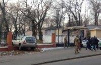В Одессе мужчина подшофе сел в автомобиль погреться и снес забор Военной академии