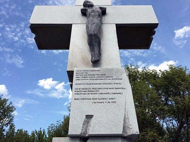 Пам*ятник жертвам Волинської трагедії у Варшаві