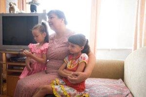 Янукович поручил Минсоцполитики заниматься вопросами усыновления и защиты прав детей
