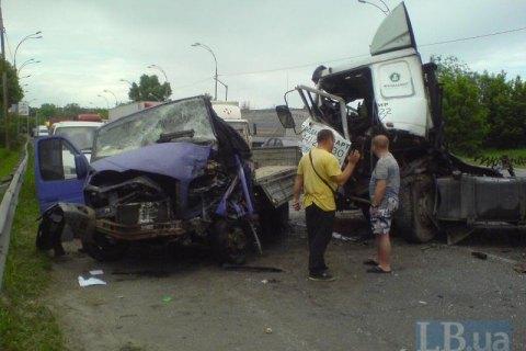 В Киеве водитель грузовика устроил масштабную аварию