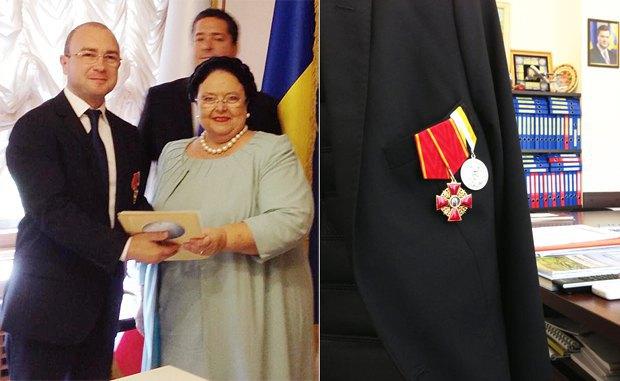 На фото Александр Лиев получает орден из рук Марии Романовой