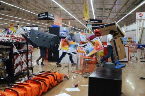 ВМексике продолжает увеличиваться публичное негодование, вызванное существенным повышением цен набензин