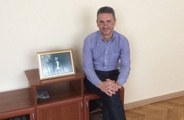 Друзенко в кабінеті поруч з портретом Мандели