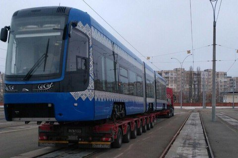 Вукраинскую столицу привезли трамвай ввышиванке